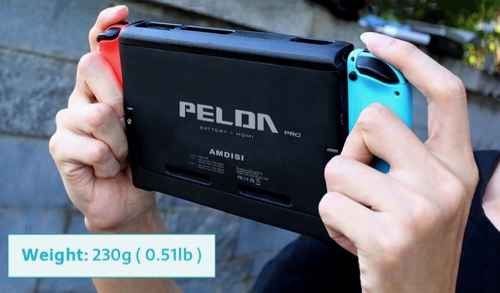 PELDA Pro - The First Nintendo Switch Battery Case with HDMI 手に持ったところ